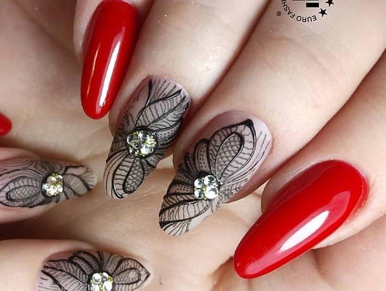 узоры черным цветом на красных ногтях