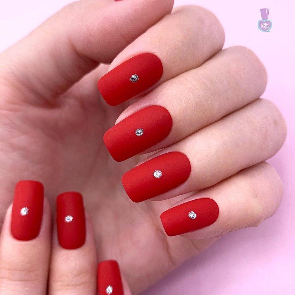 красный цвет ногтей