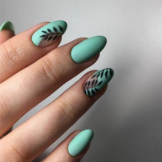 мятного цвета ногти листочки