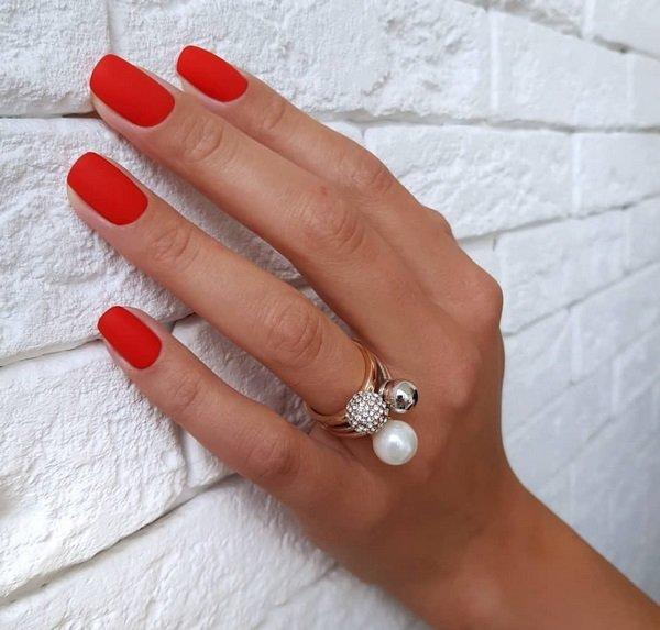 модный матовый красный цвет ногтей 2021