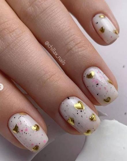 золотые сердечки дизайн ногтей фото