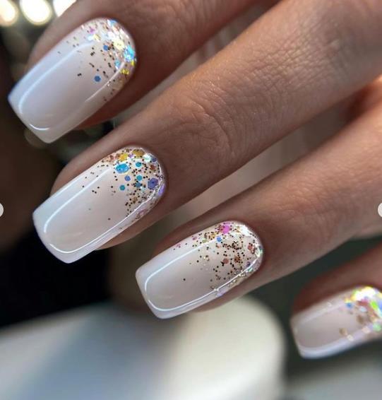 светлый оттенок ногтей 2022 с растяжкой блестков