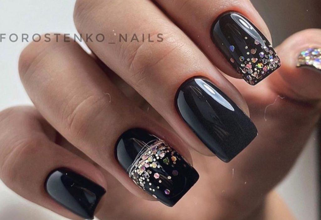 черный дизайн ногтей с блестками праздничный маникюр 2022 фото