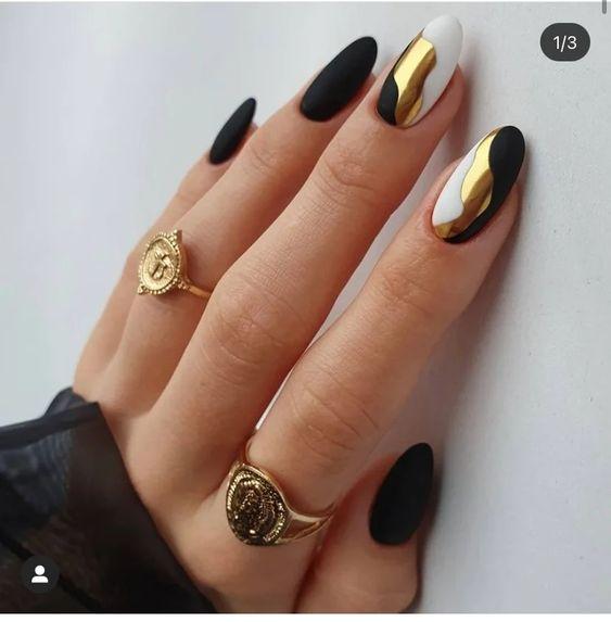 золотой рисунок на черном покрытии гельлака